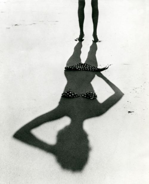 Ombre d'une femme nue sur la plage (France). Vers 1950.